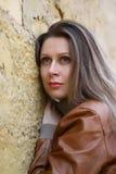 Mulher perto de uma parede imagem de stock