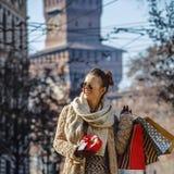 Mulher perto do castelo de Sforza em Milão, Itália que olha na distância Foto de Stock Royalty Free