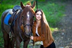 Mulher perto do cavalo Fotos de Stock Royalty Free