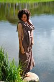 Mulher perto do lago Fotografia de Stock Royalty Free