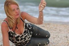 Mulher perto do mar Fotos de Stock Royalty Free