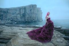 Mulher perto do mar nevoento imagem de stock royalty free