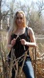 Mulher perto do rio Imagens de Stock
