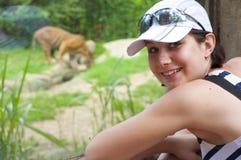 Mulher perto do tigre fotos de stock