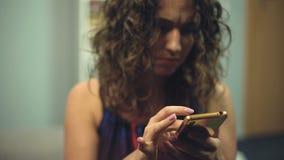 Mulher perturbada que procura algo no telefone que tenta encontrar o mudra para a meditação vídeos de arquivo