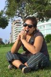 Mulher peruana Bitin no telefone móvel Fotos de Stock Royalty Free