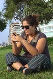 Mulher peruana Texting com telefone móvel Fotografia de Stock Royalty Free