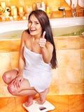 Mulher pesada em escalas do assoalho Fotos de Stock Royalty Free