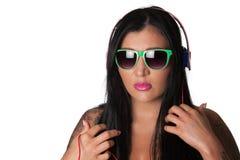 Mulher pesadamente tattooed dos jovens que escuta fones de ouvido Imagem de Stock Royalty Free
