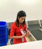 Mulher-pessoal novo no uniforme de linhas aéreas de AirAsia fotos de stock