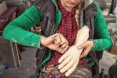 A mulher pinta a mão do horror imagens de stock