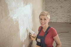 A mulher pinta a parede Fotos de Stock Royalty Free