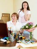 A mulher pinta uma imagem para seu admirador Imagens de Stock Royalty Free