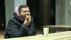Mulher pobre com fome que tem a refeição no abrigo da caridade, auxílio social, problema da pobreza filme