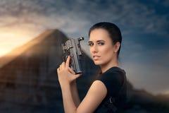 Mulher poderosa que guarda o estilo do filme de ação da arma Fotos de Stock