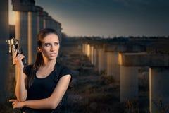 Mulher poderosa que guarda o estilo do filme de ação da arma Foto de Stock