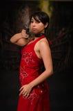 Mulher poderosa que guarda o traje cosplay mau residente do estilo do filme de ação da arma Fotografia de Stock Royalty Free