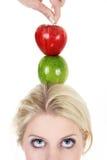 Mulher poised com uma maçã imagem de stock royalty free