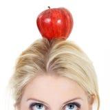 Mulher poised com uma maçã foto de stock royalty free