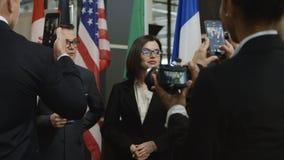 Mulher político que deixa a entrevista após a pergunta imprópria vídeos de arquivo