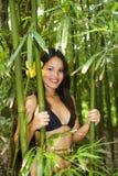 Mulher polinésia em uma floresta de bambu fotografia de stock