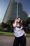Mulher por um edifício moderno foto de stock