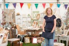 A mulher por um vintage crafts a tenda foto de stock royalty free
