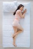 Mulher positiva deleitada que tem um sonho agradável Imagem de Stock Royalty Free