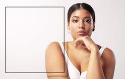Mulher positiva do tamanho com um quadro 3d de lado para o texto Imagens de Stock Royalty Free