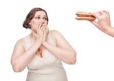 Mulher positiva do tamanho que teme o alimento insalubre imagem de stock