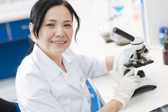 Mulher positiva feliz que faz uma pesquisa microbiológica foto de stock