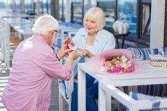 Mulher positiva feliz que toma o anel de noivado fotografia de stock