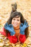 Mulher positiva que aprova no outono Foto de Stock Royalty Free