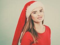 Mulher positiva que veste o traje do ajudante de Santa Claus Foto de Stock