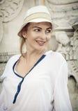Mulher positiva romântica nova que levanta em exterior com sunha branco Fotos de Stock Royalty Free