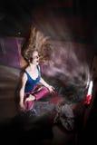Mulher próximo pela máquina de lavar Fotografia de Stock Royalty Free