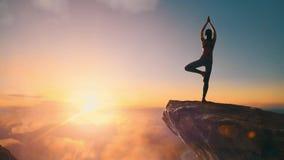 A mulher pratica a ioga video estoque