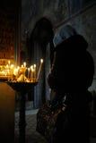A mulher pray dentro Imagens de Stock Royalty Free