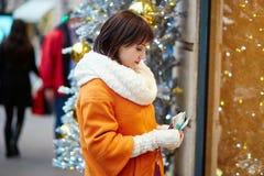 Mulher preocupada que guarda a bolsa com rublos de russo Foto de Stock Royalty Free