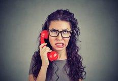 Mulher preocupada que recebe más notícias no telefone fotografia de stock royalty free