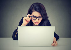 Mulher preocupada que trabalha no portátil que olha confundido no tela de computador fotos de stock royalty free