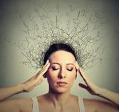 A mulher preocupou-se forçou a tentativa fechado dos olhos concentrar o cérebro que derrete em linhas fotografia de stock royalty free
