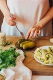 A mulher prepara as batatas para o estilo country do café da manhã wo imagens de stock