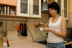 A mulher prepara o café Imagens de Stock