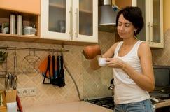 A mulher prepara o café Imagem de Stock Royalty Free