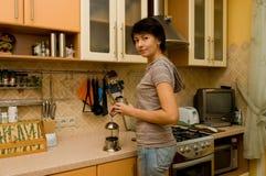 A mulher prepara o chá Fotografia de Stock