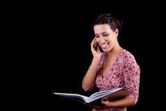 Mulher preta bonita na informação da leitura imagens de stock royalty free