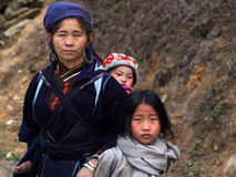Mulher preta com suas crianças, Sapa de Hmong, Vietname imagens de stock