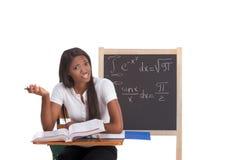 Mulher preta do estudante universitário que estuda o exame da matemática fotografia de stock