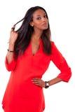Mulher preta nova bonita no vestido vermelho